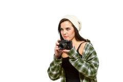 O fotógrafo na flanela verde apronta-se para uma foto imagens de stock royalty free