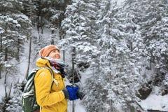 O fotógrafo na floresta do inverno imagens de stock royalty free