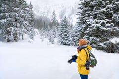 O fotógrafo na floresta do inverno imagens de stock
