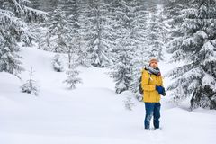 O fotógrafo na floresta do inverno fotos de stock royalty free