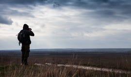 O fotógrafo sozinho da natureza dispara na paisagem Fotografia de Stock Royalty Free