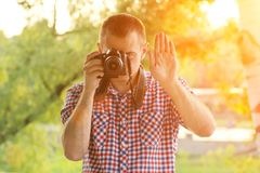 O fotógrafo toma imagens na perspectiva das hortaliças Front View batente Fotos de Stock