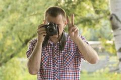 O fotógrafo toma imagens na perspectiva das hortaliças Front View Mão da vitória Fotografia de Stock