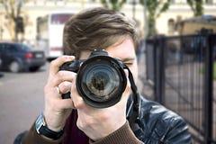 O fotógrafo toma um retrato Vista dianteira, close-up Foto de Stock Royalty Free