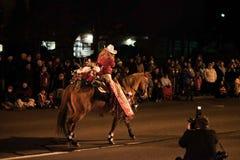 O fotógrafo trava a rainha e o cavalo do rodeio durante a parada do feriado foto de stock