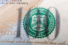 O fragmento da nota de dólar 100 Imagens de Stock