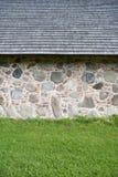 O fragmento da parede da casa pôs das pedras grandes do granito fotos de stock royalty free