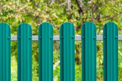 O fragmento de uma cerca marcada metal pintou o verde no fundo Foto de Stock