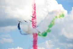 O fragmento do desempenho das acrobacias da força aérea dos UAE team o ` de Fursan Al Emarat do ` no airshow do russo MAKS-2017 Foto de Stock