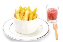 O francês ateia fogo à ketchup branca no fundo branco Imagem de Stock