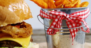 O francês do Hamburger com as fritadas na cubeta manteve-se na tabela vídeos de arquivo