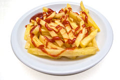 O francês frita (frites dos pommes) na placa isolada Fotografia de Stock Royalty Free