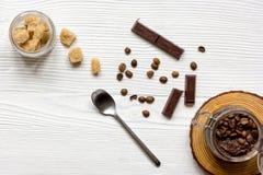 O frasco com corpo do café-chocolate esfrega o fundo de madeira da vista superior Imagens de Stock Royalty Free
