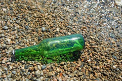 O frasco com a mensagem encontra-se em terra Foto de Stock Royalty Free