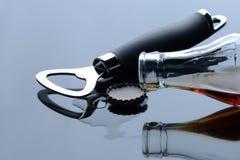 O frasco da bebida é aberto Imagens de Stock