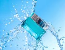 O frasco do creme hidratando com respingo grande da água em torno do frasco Imagem de Stock