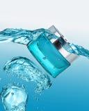 O frasco do gel hidratando na onda de água azul Foto de Stock