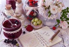 O frasco do vintage com doce, as bagas frescas e o caderno com texto amam-no Imagens de Stock