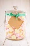 O frasco dos doces encheu-se com os marshmallows e uma etiqueta vazia Imagem de Stock Royalty Free