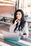 O freelancer bem sucedido elegante da mulher vestiu-se formalmente usando o gener fotografia de stock royalty free