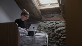 O Freelancer está trabalhando na pensão em seu portátil vídeos de arquivo