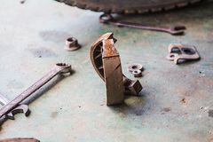 O freio de cilindro velho foi mudado e obtém um novo posto pelo contrário fotos de stock royalty free