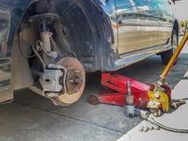 O freio de disco do carro revela após o pneu removido Imagem de Stock