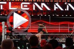 O freio de Seth Rollins stomps campeão que de WWE Brock Lesner enfrenta no Foto de Stock