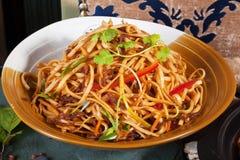 O frigideira chinesa com macarronetes da carne e os vegetais fecham-se acima do alimento do chinês da bacia Fotos de Stock