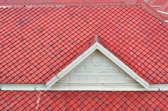 O frontão branco e o telhado vermelho Imagens de Stock
