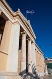 O frontão do Propylaea. A universidade de Atenas. fotografia de stock