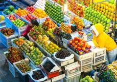 O fruto compra no mercado com todos os tipos como foto de stock