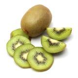 O fruto de quivi e o quivi cortaram segmentos no fundo branco Foto de Stock