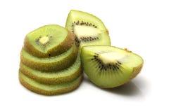 O fruto de quivi e o quivi cortaram segmentos no fundo branco Imagem de Stock Royalty Free