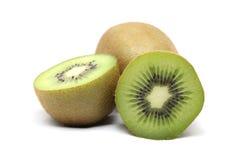 O fruto de quivi e o quivi cortaram segmentos no fundo branco Fotos de Stock Royalty Free
