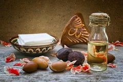O fruto do argão (argania spinosa), as porcas e o óleo, esta semeiam são usados Fotos de Stock
