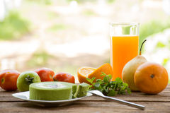 O fruto do fundo tem o tomate e a laranja e o suco com o bolo do chá verde Na opinião exterior e no feriado do fundo de madeira c Fotos de Stock Royalty Free