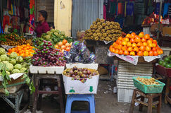 O fruto para em um mercado local em Hanoi Fotos de Stock Royalty Free