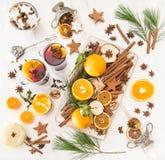 O fruto quente ferventado com especiarias dos ingredientes do perfurador do vinho tempera o Natal ainda l Fotografia de Stock Royalty Free