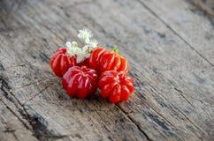 O fruto tropical chamou Pitanga, cereja brasileira, cereja de Suriname, cereja de Pimenta de Caiena em um backgraund do woodem Pr Imagem de Stock Royalty Free