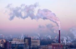 O fumo acima da cidade no frio Imagens de Stock Royalty Free