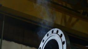 O fumo claro da soldadura do close up levanta acima sobre a tubulação grande do metal video estoque
