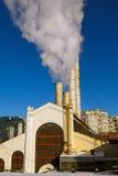 O fumo da central energética velha Fotos de Stock