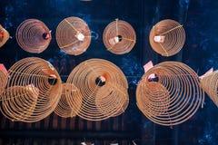 O fumo da curva no feriado de Tets o fumo do incenso no ano novo foto de stock