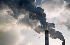 O fumo das chaminés de um central elétrica Fotografia de Stock Royalty Free