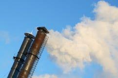 O fumo das chaminés industriais Fotos de Stock Royalty Free