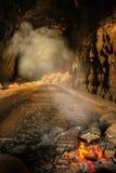 O fumo de um fogo de cozimento enche o túnel abandonado do trem do pico do ` s de Ely perto de Duluth, Minnesota imagem de stock