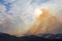 O fumo do incêndio violento levanta-se no céu Fotografia de Stock Royalty Free