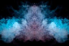 O fumo grosso expirado do vape é destacado por uma cor azul-violeta como uma cabeça contra um fundo preto dinamicamente dentro fotografia de stock
