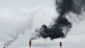 O fumo preto vem da tubulação Rede da energia calorífica CHP vídeos de arquivo